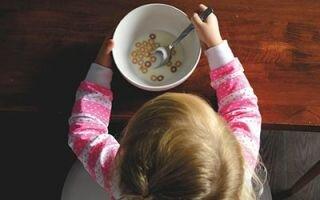 Как научить ребенка есть ложкой: пошаговое руководство