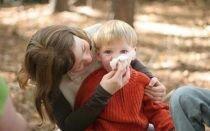 Можно ли гулять с ребёнком при насморке без вреда для здоровья